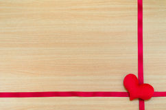 在木板,情人节概念,情人节的心脏 图库摄影