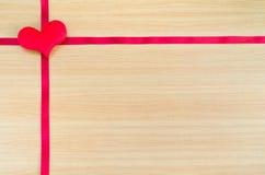 在木板,情人节概念,情人节的心脏 库存照片