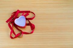 在木板,情人节概念,情人节的心脏 免版税图库摄影