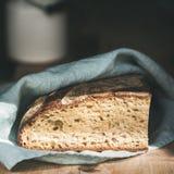 在木板,方形的庄稼的土气法国黑麦面包大面包 库存图片