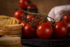 在木板bruschetta的水多的新鲜的红色蕃茄 免版税库存照片