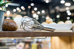 在木架子的专业厨房器物 免版税库存图片