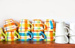 在木架子的咖啡杯 免版税库存图片