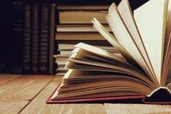 在木架子的图书馆里打开的书 与拷贝空间的教育背景文本的 被定调子的照片 免版税图库摄影
