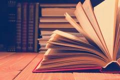 在木架子的图书馆里打开的书 与拷贝空间的教育背景文本的 被定调子的照片 库存图片