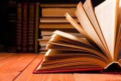 在木架子的图书馆里打开的书 与拷贝空间的教育背景文本的 被定调子的照片 免版税库存图片