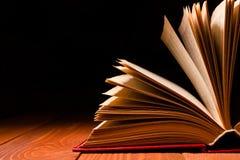 在木架子的图书馆里打开的书 与拷贝空间的教育背景文本的 免版税库存照片