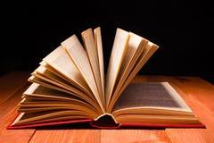 在木架子的图书馆里打开的书 与拷贝空间的教育背景文本的 免版税库存图片