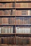 在木架子的旧书在状态霍尔Prunksaal 免版税库存照片