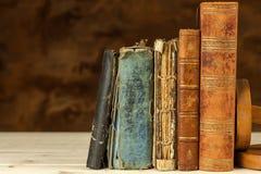 在木架子的旧书 学习在从旧书的大学 安置文本 免版税库存照片