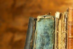 在木架子的旧书 学习在从旧书的大学 安置文本 免版税图库摄影
