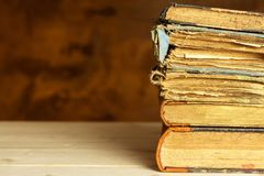 在木架子的旧书 学习在从旧书的大学 安置文本 库存图片