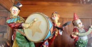 在木架子的老小丑玩偶 图库摄影