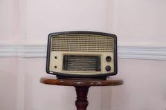 在木架子的老收音机 免版税库存照片