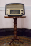 在木架子的老收音机 库存图片