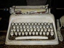 在木架子的肮脏的老打字机 免版税库存图片