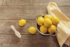 在木柜台的新鲜的柠檬 库存照片