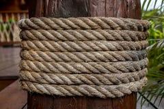 在木柱子的绳索领带 免版税图库摄影