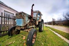 在木栅附近的拖拉机 库存图片