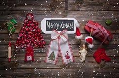 在木标志的快活的xmas文本与经典红色圣诞节得体 免版税库存照片