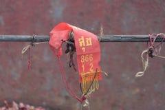 在木栏杆的一种红色织品 在布料意味的词愉快 免版税库存图片