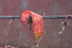 在木栏杆的一种红色织品 在布料意味的词愉快 免版税库存照片