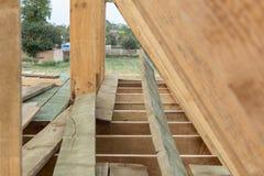 在木框架家顶房顶框架结构建设中 免版税库存照片