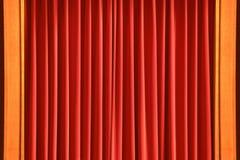 在木框架的红色窗帘 免版税图库摄影