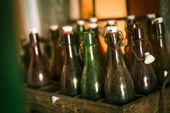 在木案件的老啤酒瓶 免版税库存照片