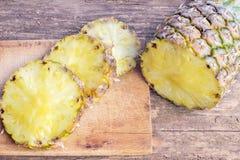 在木桌上切的菠萝果子 免版税图库摄影