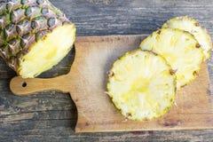 在木桌上切的菠萝果子 库存图片