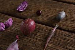 在木桌上安排的各种各样的菜 图库摄影