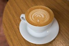 在木桌上的一个咖啡杯 免版税库存照片