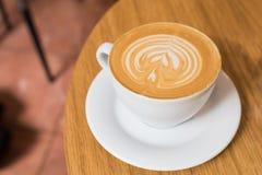 在木桌上的一个咖啡杯 免版税库存图片