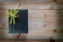 在木桌上的一个礼物盒 库存照片