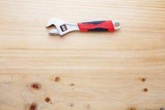 在木桌上的一把板钳 免版税库存图片