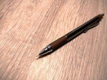 在木桌上的一支金属铅笔 库存照片