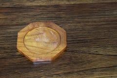 在木桌上的一艘木沿海航船 图库摄影