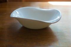 在木桌上的不对称的瓷碗 免版税库存图片