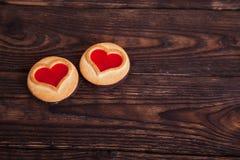 在木桌上的两个心脏曲奇饼 免版税库存照片