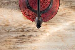 在木桌上的中国茶壶 免版税库存照片