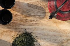 在木桌上的中国茶壶 库存图片