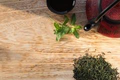 在木桌上的中国茶壶 库存照片