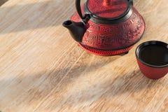 在木桌上的中国茶壶 免版税图库摄影