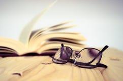 在木桌上的书 免版税库存图片