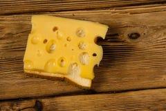 在木桌上的乳酪三明治 免版税库存照片