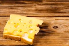 在木桌上的乳酪三明治 免版税库存图片
