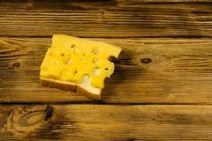 在木桌上的乳酪三明治 库存图片