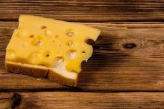 在木桌上的乳酪三明治 图库摄影