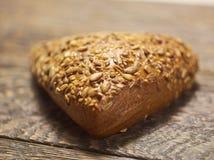 在木桌上的五谷面包 库存照片